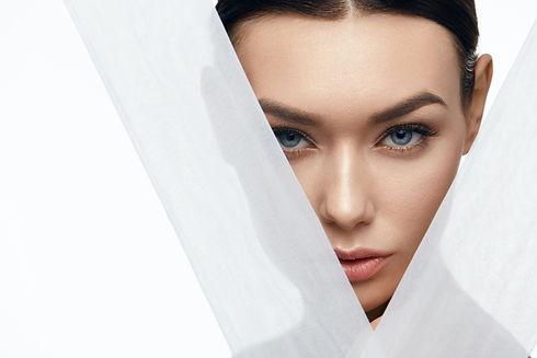 Młoda kobieta z zasłoniętą twarzą i gładką skórą i gładką skórą