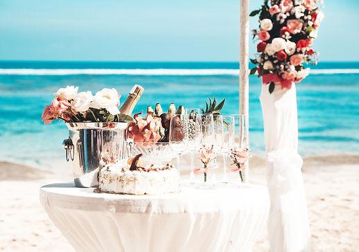 wedding-elegant-table-with-tropical-frui