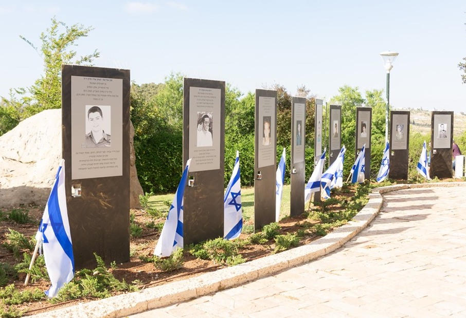 Memorialized the fallen heroes of Efrat on the Path of Heroes