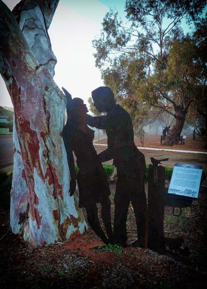 Perenjori_Kissing_couple_tree.jpg