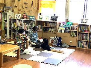 宮園さんと田中さん寝そべるケイチャン.jpg
