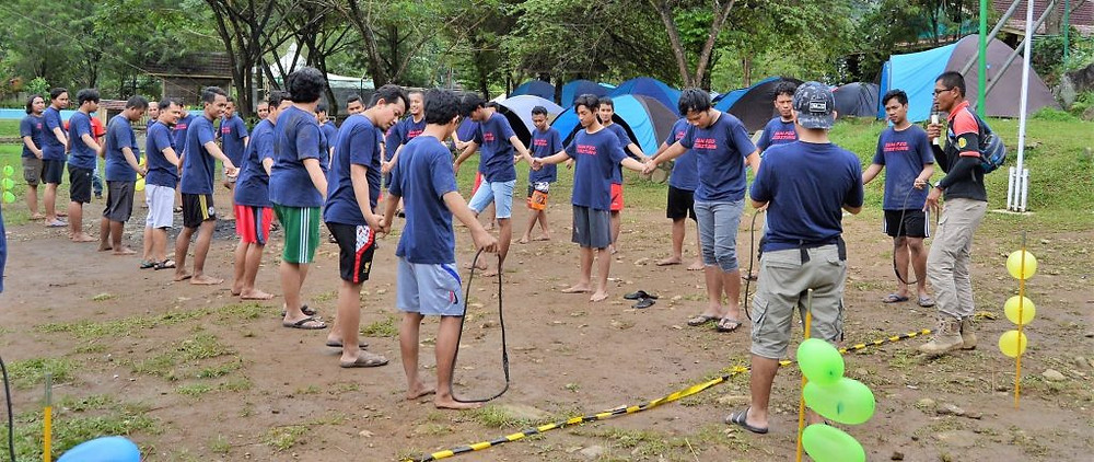 Permainan team building crazy ropes