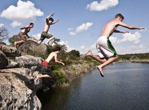 aktivitas jumping di pantai