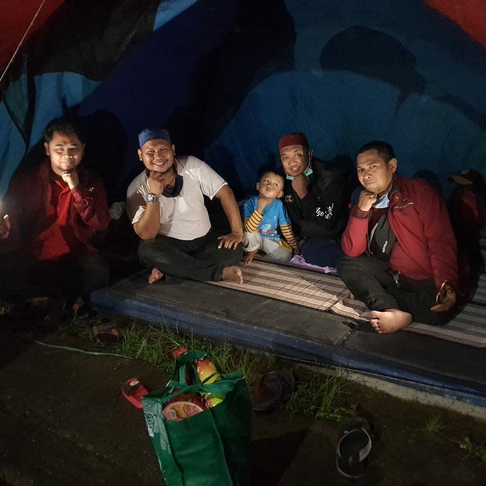 fasilitas tenda camping citra alam di malam hari