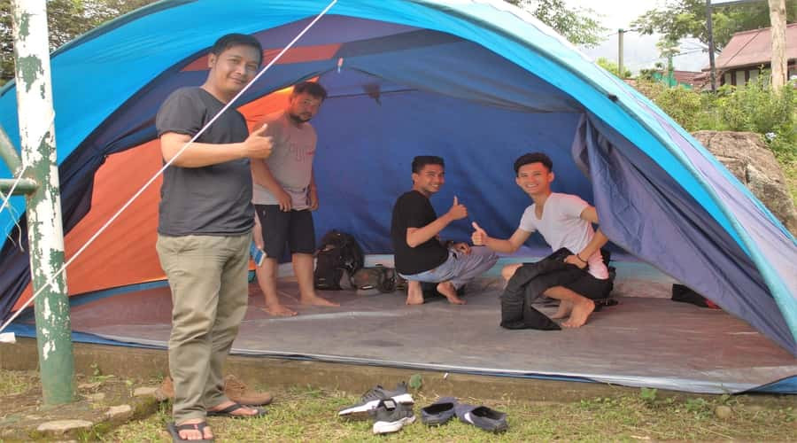 mempersiapkan peserta di tenda camping