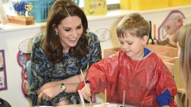 Kate Middleton mengajari anak kerajinan tangan