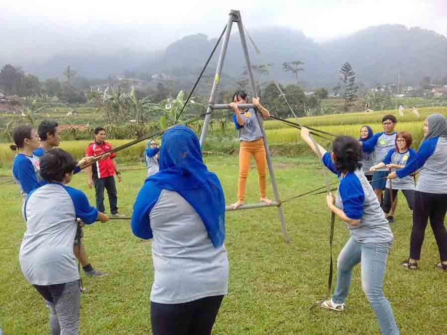 Permainan team building di citra alam riverside