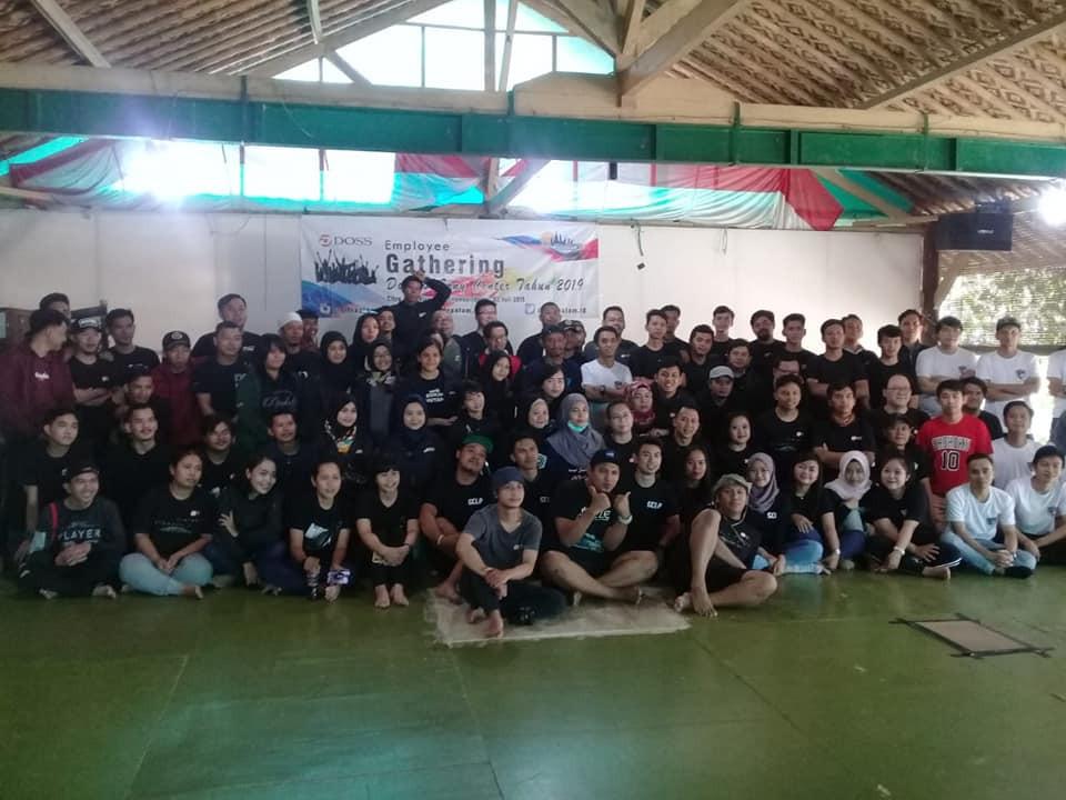 foto bersama gathering karyawan perusahaan