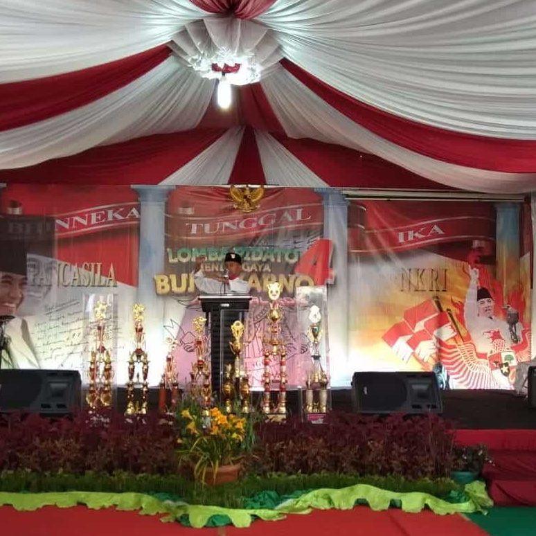 peserta lomba pidato beraksi diatas panggung