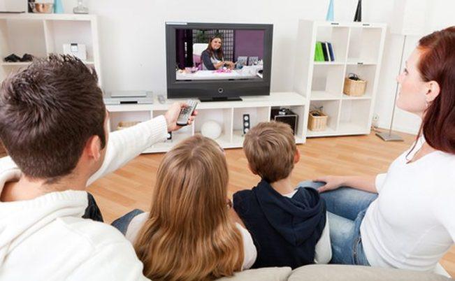 menonton televisi dengan keluarga