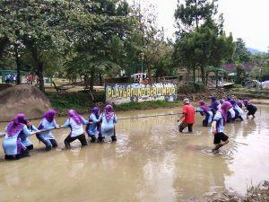 permainan tarik tambang lumpur Citra Alam Riverside