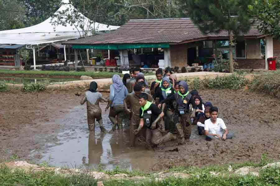 tarik tambang lumpur di citra alam riverside