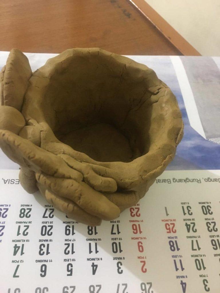 membuat benda dari tanah liat di rumah
