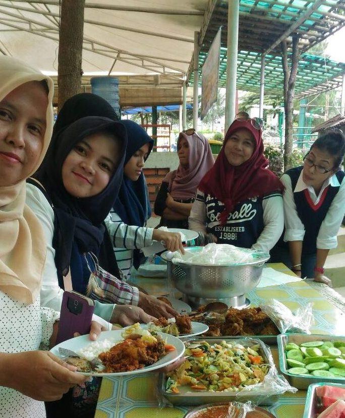 makan bersama dalam acara gathering