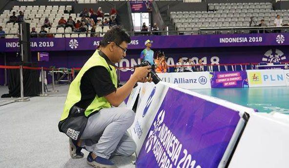 aksi fotografer anto mengabadikan momen di arena