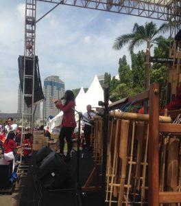tim angklung menyanyikan lagu nasional