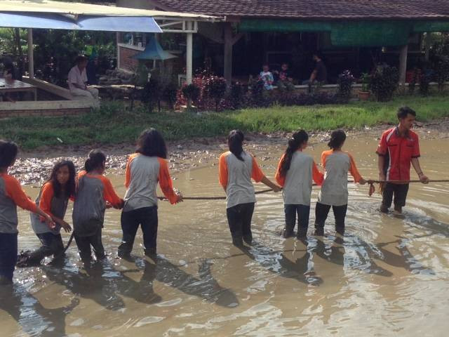 permainan tarik tambang lumpur di acara perpisahan sekolah