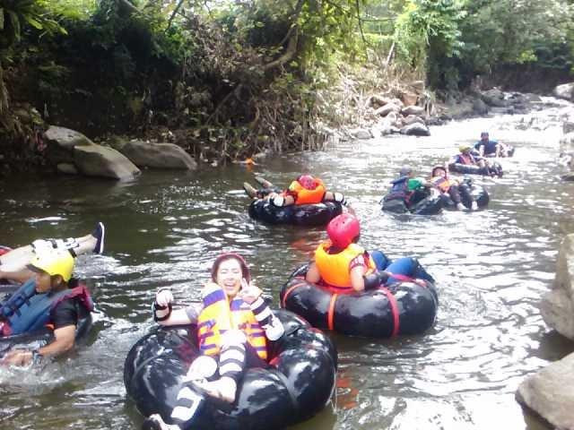keseruan rafting donat bersama