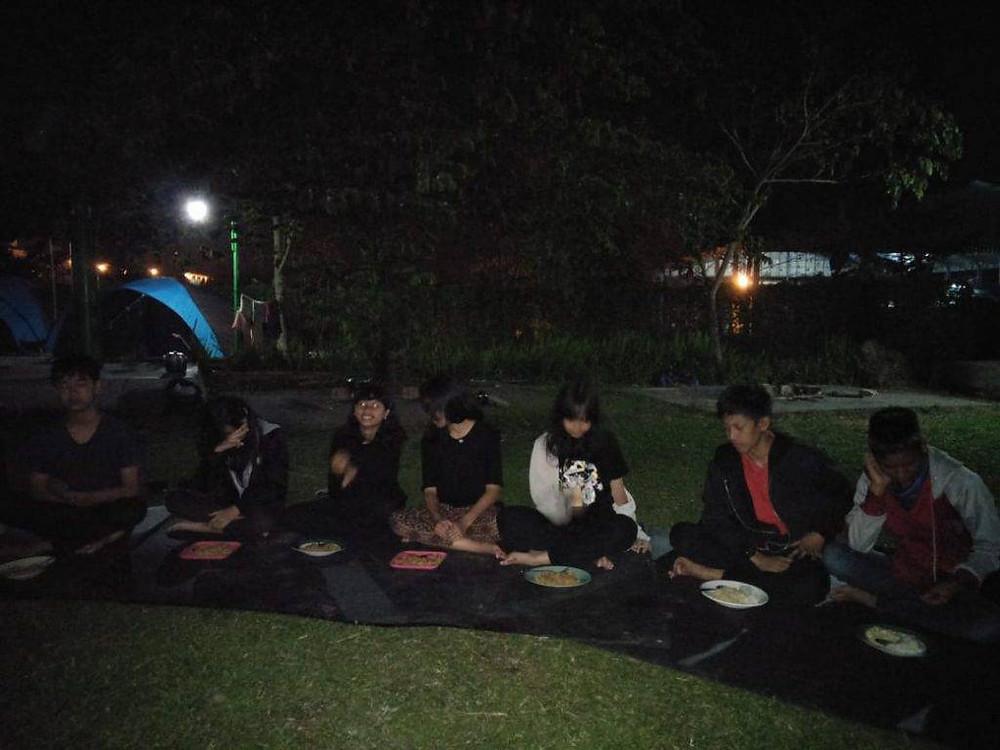 makan malam bersama di alam terbuka