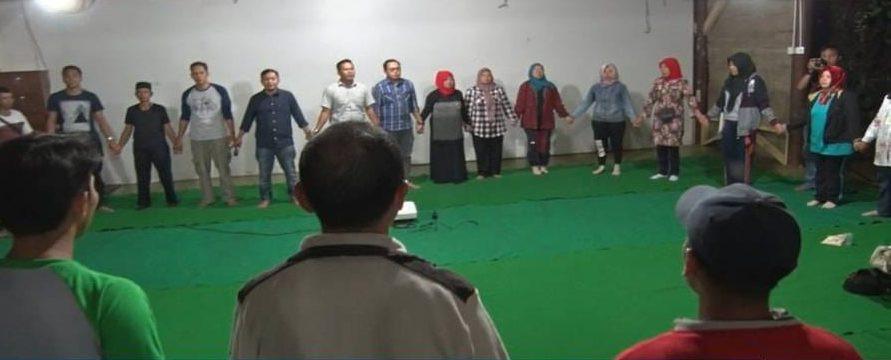 sesi menyanyikan lagu nasional padamu negeri