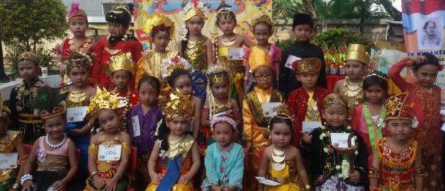 anak-anak berpakaian adat nusantara