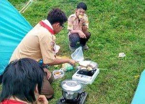 memasak saat Camping di Citra Alam Riverside