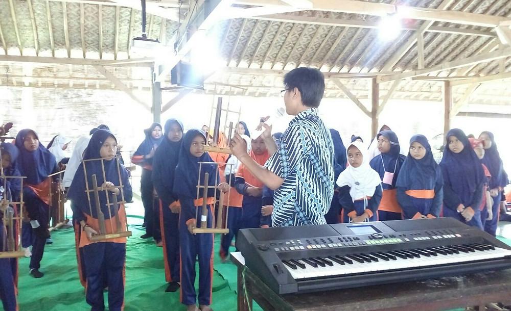 pelatihan alat musik tradisional (angklung)