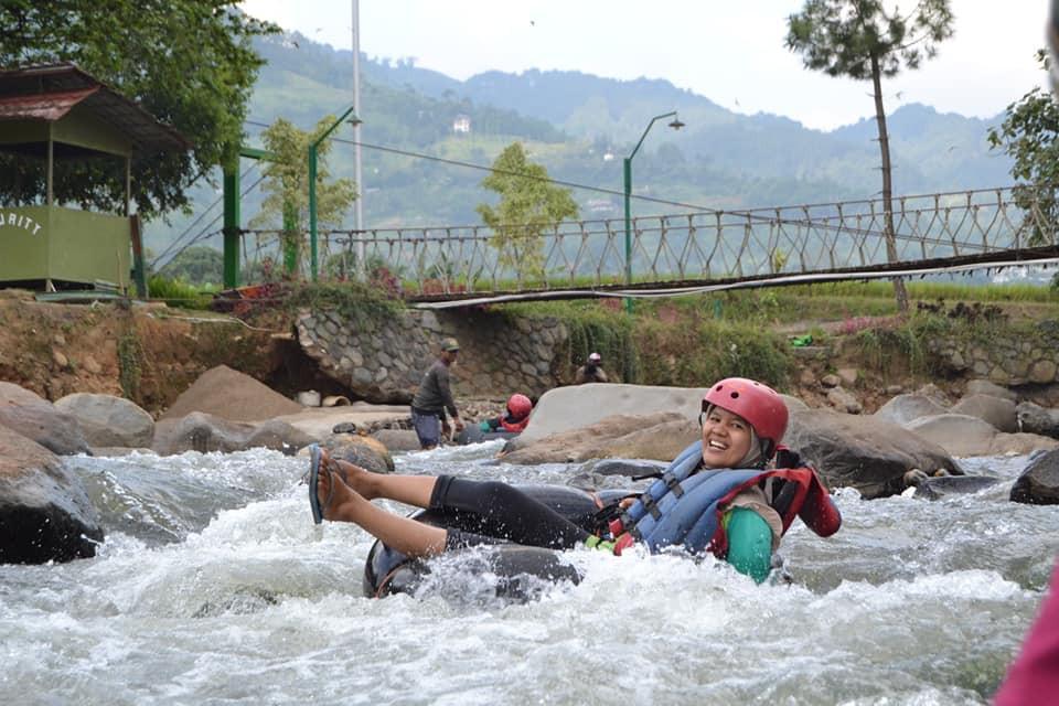 rafting donat di wilayah pegunungan