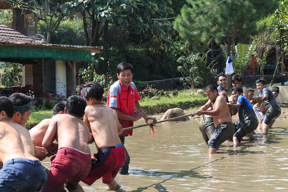 permainan tarik tambang lumpur citra alam
