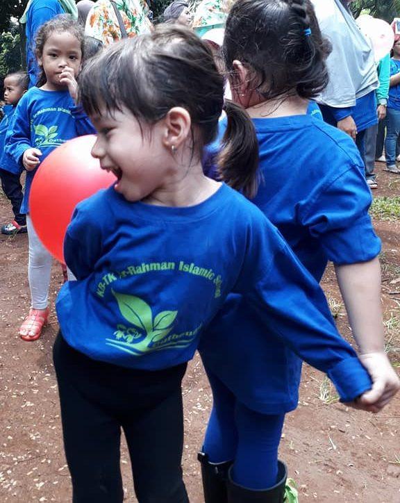 permainan joged balon bersama teman