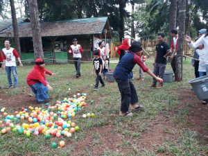 permainan kerjasama tim mencari bola mas
