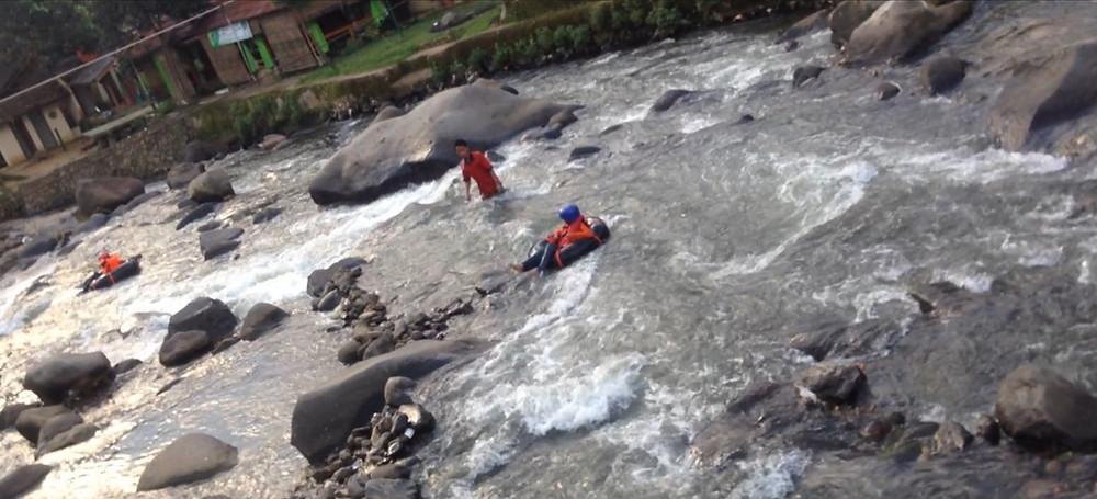 arung jeram lintasi sungai ciliwung
