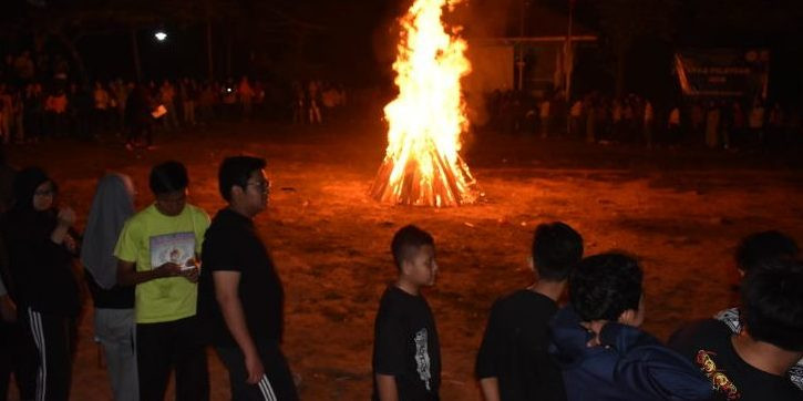malam api unggun hiburan siswa