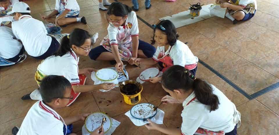 mengajarkan pendidikan dan kebudayaan bagi siswa