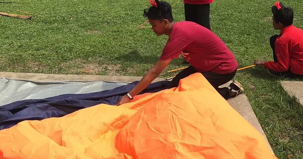 mendirikan tenda di citra alam