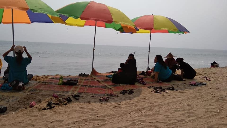 berkumpul bersama rekreasi di pinggir pantai