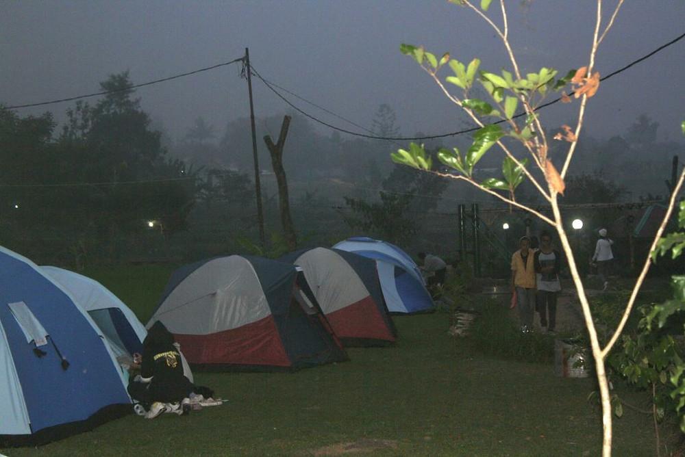 suasana camping riverside malam hari