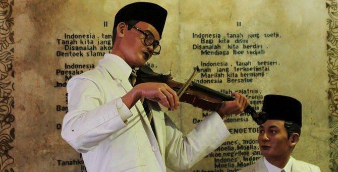 replika WR Soepratman memainkan indonesia raya