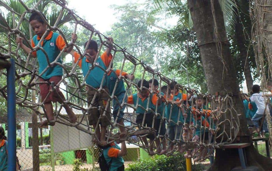 permainan mini highropes melatih keberanian anak
