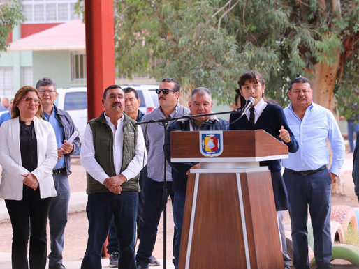 Carlos Mendoza Davis entrega 2 aulas didácticas a la Escuela Revolución de 1910