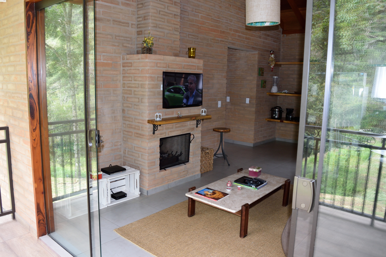 Sala com TV, DVD e Lareira