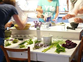 Andrea Bregar | Leben mit Kräutern | Seminare und Kurse | Seifensieden | Wasserdampfdestillation | Küchenkräuter |  Arzneipflanzen | Heilpflanzen