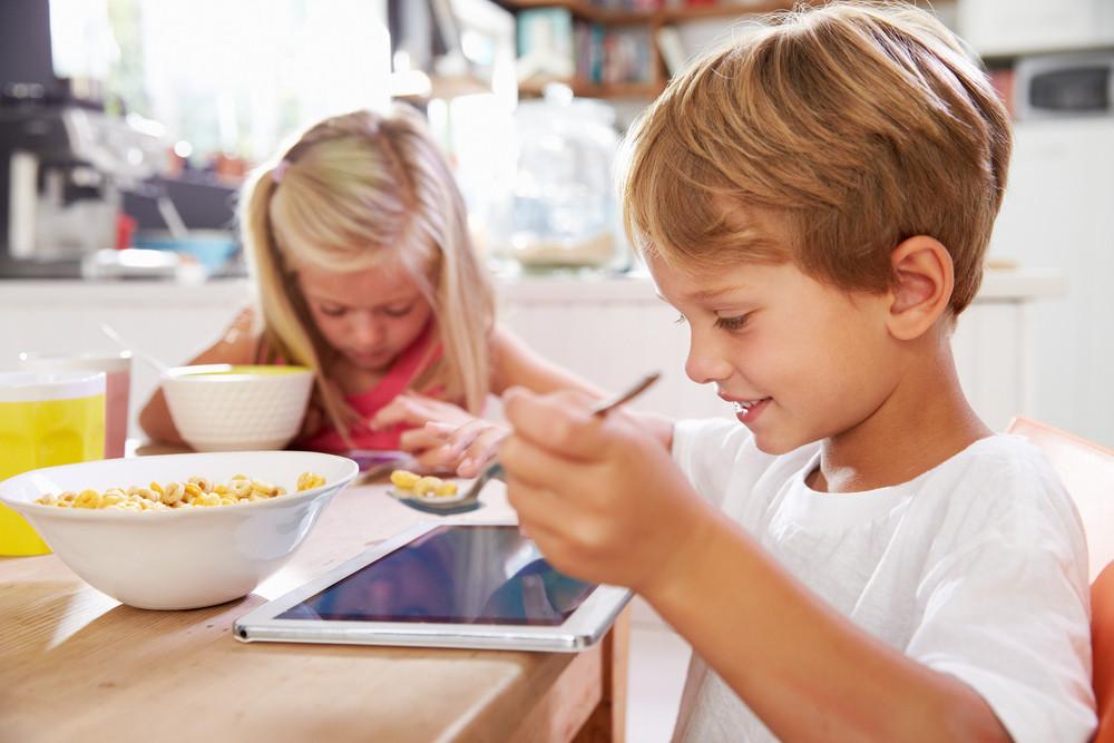 alimentação infantil, crianças, ecrãs, tecnologia, obesidade na infância