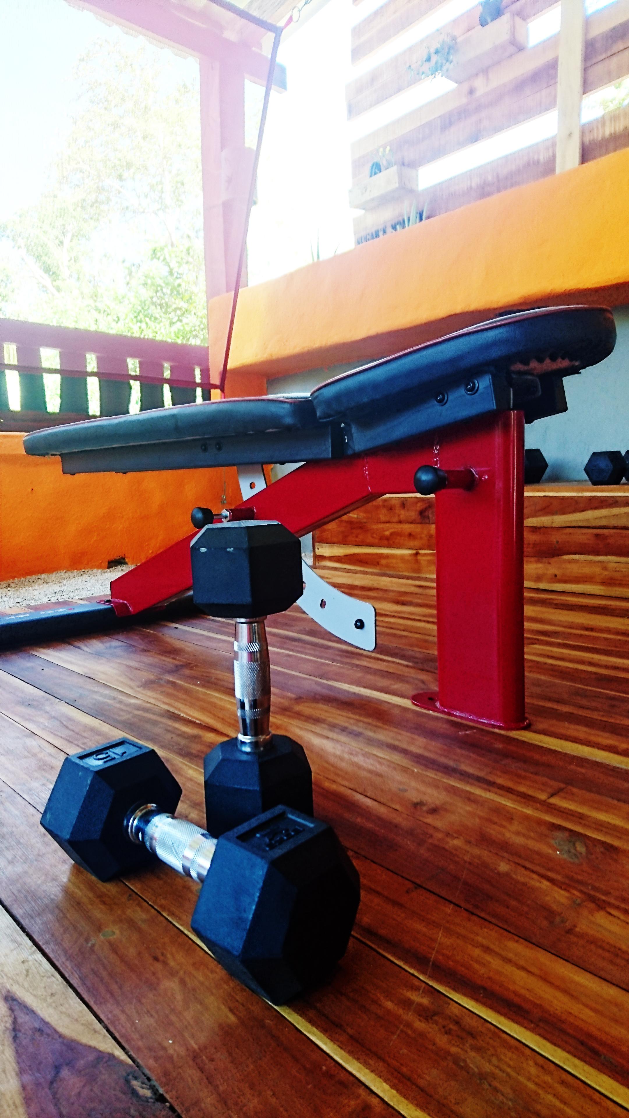 gym_flat_bench_3_sugars_monkey_playa_grande_surf_poshtel_hotel_surf_school_trip_surfcamp_costa_rica_