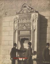 Fontaine a l'entree du vieux Serai et groupe d'etudiants turcs 401. 1890s