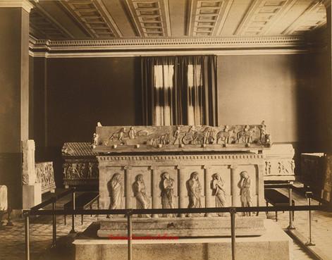 Interieur du musee et un sarcophage. 1900s
