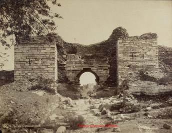 Porte de la Citadelle turque. Ephese 76. 1890