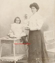 Une femme avec sa fille, cerceau et poupee. 1880s