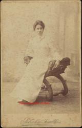 Femme assise en robe blanche. 1890s