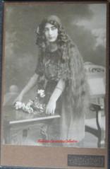 Une Fille armenienne au cheuveux longs. 1890s